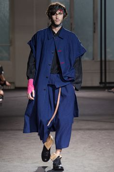 See all the Collection photos from Yohji Yamamoto Spring/Summer 2017 Menswear now on British Vogue Only Fashion, Fashion 2017, High Fashion, Fashion Show, Mens Fashion, Fashion Design, Yohji Yamamoto, Yomi Casual, Rare Clothing