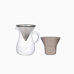Die Slow Coffee Carafe ist eine Glaskaraffe mit Filter, mit der man den Kaffee von Hand überbrühen und so Tropfen für Tropfen genießen kann. Die Karaffe hat eine elegante, organische Form, der Kaffeefilter aus rostfreien Stahl sorgt für ein reiches, aromatisches Kaffeearoma. Papierfilter werden nicht benötigt. Der zusätzliche Halter kann genutzt werden, um Kaffeebohnen abzumessen und dient als Ablage fur den Filter, alle Teile lassen sich platzsparend ineinander stapeln.Die Karaff...