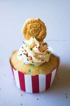Easy Circus Animal Cookie Cupcakes - A fun and simple cupcake for any circus-themed party! Carnival Cupcakes, Carnival Food, Kids Carnival, Carnival Wedding, Vintage Carnival, Yummy Cupcakes, Cupcake Cookies, Birthday Desserts, Birthday Ideas