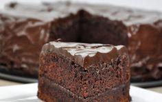 Wilgotne ciasto czekoladowe z kremem z nuttelli i polewą