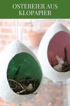 Klopapier Ostereier: Anleitung für Pappmaschee Eier. Die Klopapier Eier sind eine einfache Bastelidee zu Ostern, die man auch gut mit Kindern basteln kann. Die Osterdeko Idee besteht aus Luftballons, die mit Wasser und Klopapier beklebt und getrocknet werden. Die Ostereier aus Klopapier sind eine kreative Fensterdeko. Ostern kann mit dieser Ostern Dekoidee kommen.