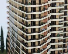 """Макет жилого комплекса """"Царский берег"""". На фото мы показали только фрагмент здания, имеющего сложную с точки зрения макетирования форму-не квадратную, а треугольную. Для заказчика было важным продемонстрировать открытую трассу дома, столики и стульчики. Макет оснащен внутренней подсветкой, а на террасах можно увидеть потолочные светильники."""