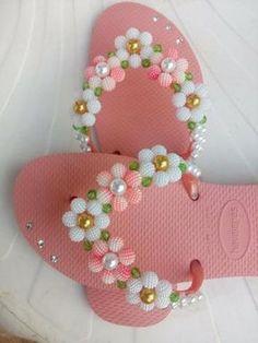 Havaianas bordadas Flip Flop Slippers, Flip Flop Shoes, Beaded Beads, Flip Flop Craft, Crochet Flip Flops, Decorating Flip Flops, Cinderella Shoes, Embellished Shoes, Tiny Prints