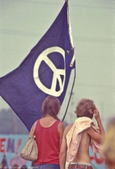 Welcome to fy hippies! This site is obviously about hippies. There are occasions where we post things era such as the artists of the and the most famous concert in hippie history- Woodstock! Hippie Peace, Happy Hippie, Hippie Love, Hippie Vibes, Hippie Chick, Hippie Music, Hippie Style, Peace Flag, Hippie Movement