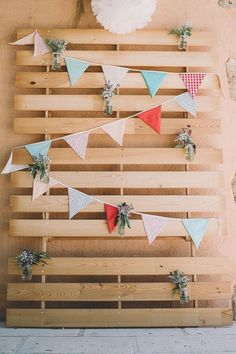 Graduation Party Ideas Discover 15 Wooden Pallet Wedding Backdrop Eco-Friendly Way To Use In Your Wedding Decor Wooden Pallet Wedding Backdrop Pallet Backdrop, Banner Backdrop, Backdrop Decor, Diy Photo Booth, Photo Booth Backdrop, Diy Fotokabine, Homemade Wedding Decorations, Wedding Centerpieces, Photowall Ideas