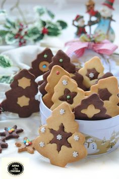 Alberelli natalizi con frolla bicolore Biscotti Cookies, Galletas Cookies, Cupcake Cookies, Xmas Food, Christmas Sweets, Christmas Cooking, Bolacha Cookies, Cookie Decorating, Gingerbread Cookies