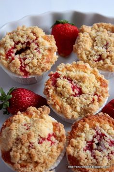 Bistro Mama: Muffins with strawberries and crumble- bistro mama: Muffinki z truskawkami i kruszonką Bistro Mama: Muffins with strawberries and crumble - Sweet Recipes, Cake Recipes, Russian Cakes, Good Food, Yummy Food, Holiday Desserts, Breakfast Recipes, Sweet Tooth, Food And Drink