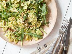 Veganer Nudelsalat mit Erbsen-Pesto und Rucola