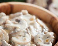 Salade de champignons crus et sauce allégée : http://www.fourchette-et-bikini.fr/recettes/recettes-minceur/salade-de-champignons-crus-et-sauce-allegee.html