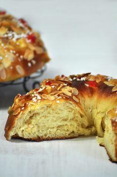 Receta de roscón de reyes con una miga y una textura perfectas. Receta con fruta confitada, almendra laminada y azúcar en perlas.