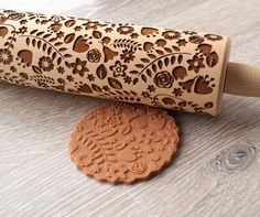 Wooden embossing rolling pin with floral design.  Solid wood laser engraved embossing rolling pin - what a great way to decorate your homemade cookies :) It will also make a fine housewarming gift, Christmas gift or even a 5th wooden anniversary gift.  The rolling pin measures 2 in diameter and it is 13,5 long including the handles (6,5 without the handles).  These wooden rolling pins are to be cleaned dry with a brush, then washed with cold water and dryed before next using.  In order to…