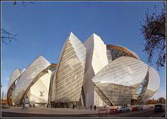Partez à la découverte de la Fondation Louis Vuitton imaginé par l'architecte Frank Gehry et situé dans le jardin d'acclimatation à Paris. Grâce à ce magnifique reportage photos réalisé par Michèle Clavel, visitez virtuellement l'un des plus beaux bâtiments de Paris.