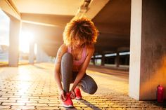 Warm up before a run with this warmup for runners. Prime your body with this quick sequence of moves to get your body ready for jogging. Jogging Tips, Dynamic Warm Up, Dynamic Stretching, Tr 4, Tie Shoelaces, Workout Warm Up, Boxing Workout, Workout Fitness, Getting Back In Shape
