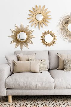 Hogares Kenay: un piso elegante y chic Kenay Homes: an elegant and chic apartment Indian Home Interior, Indian Home Decor, Diy Furniture Decor, Diy Home Decor, Industrial Chic Decor, Living Room Decor, Bedroom Decor, Apartment Chic, Sunburst Mirror