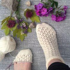 Ravelry: Emmasockan pattern by Linda Brodin Knitting Socks, Loom Knitting, Knitting Stitches, Hand Knitting, Knit Socks, Crochet Boots, Crochet Slippers, Knit Crochet, Baby Knitting Patterns