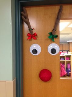 Reindeer activities: Simple and cute reindeer door.