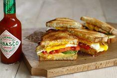 Rețetă pentru mic dejun – sandwich cald cu brânză, ou și avocado