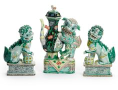 A CHINESE 'FAMILLE-VERTE' EWER AND COVER AND A PAIR OF BUDDHIST LION JOSS STICK HOLDERS QING DYNASTY, KANGXI PERIOD (1662 - 1722) - Sotheby's Japanese Foo Dog, Japanese Art, Stone Lion, Chinese Buddhism, Fu Dog, Lion Dog, Chinese Landscape, Chinese Ceramics, Qing Dynasty