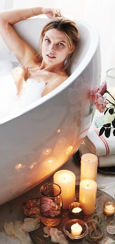 """Me Time""- Great tips on how to make your next bubble bath utterly indulgent. Hot Yoga, Entspannendes Bad, Rooms Ideas, Home Modern, Chill, Relaxing Bath, Bath Time, Rose Petals, Bath Bombs"