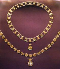 Cadena con la Orden Nacional de Nuestra Señora de Guadalupe y la Orden Imperial del Águila Mexicana.