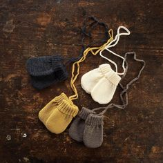 Tiny mittens for the very smallest - so sweet! In organic merino from Selana. #mamaowl #selana #organic #choosewool