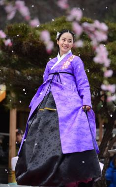 The lovely Kim Tae-Hee for her latest drama, the historical sageuk Jang Ok-Jung. I just love that hanbok dress she's wearing! So pretty Korean Hanbok, Korean Dress, Korean Outfits, Korean Clothes, Korean Traditional Dress, Traditional Fashion, Traditional Dresses, Korean Women, Korean Girl