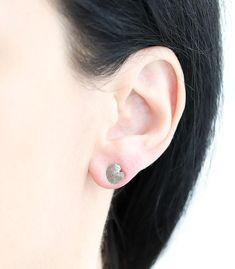 8 mm Länge und 7 mm Breite, Material Silber, handgefertigte Einzelstücke. SILBER OHRSTECKER EUKALYPTUS #eukalyptus #blattschmuck #boho #bohoschmuck #schmuckausdernatur #natur #pflanzen #einzelstücke #handgefertigt #einzelstück Diamond Earrings, Stud Earrings, Bronze, Material, Gold, Jewelry, Silver Stud Earrings, Handmade Jewelry, Handmade Jewellery