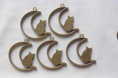 5個 猫と月型のアンティーク色型枠パーツ C137|チャーム|taoxin|ハンドメイド通販・販売のCreema