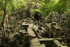 「ベンメリア(Beng Mealea)」は、カンボジアのアンコール・ワットの約40km東の森の中にある寺院です。崩壊したままの状態で放置されている遺跡には、苔が生え、樹木が侵食して岩にからみつき、まるでラピュタのような世界を作り出しています。
