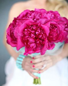 <3 Inspire-moi <3  Bouquet de mariée rose fushia, pivoines framboise avec un beau ruban turquoise // Bridal bouquet, vibrant hot pink peonies tied together with an aqua ribbon // Source : One wed