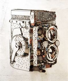 """Vik Muniz (1961) – Além de ser artista plástico, é também fotógrafo. """"Rolleiflex – pictures of junk"""", de 2010 – O artista desenvolveu uma dicotomia artística entre a materialização de objetos, mediante a junção dos mais variados tipos de materiais, incluindo ferro velho, e a fotografia que resultam no produto final das suas obras."""