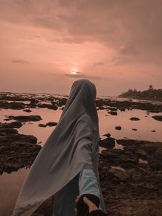 Hijab Niqab, Mode Hijab, Hijabi Girl, Girl Hijab, Girl Beach Pictures, Muslim Images, Beautiful Landscape Wallpaper, Niqab Fashion, Islam Women