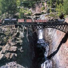 A spectacular setting for a garden railway in the California hills N Scale Trains, Ho Trains, Model Trains, Garden Railings, Escala Ho, Garden Railroad, Model Train Layouts, Train Tracks, Water Features