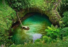 """To Sua significa """"buraco gigante"""" em samoano, a língua falada nas Ilhas Samoa. O nome é perfeito para a piscina natural de Lotofaga. Conhecida como To Sua Ocean Trench, ela surgiu de uma erupção vulcânica, que criou a rocha em forma de buraco em pleno Oceano Pacífico. Ali, águas calmas e cristalinas convidam turistas para um mergulho. A piscina tem 30 metros de profundidade e fica cercada pela mata nativa. É como nadar em um grande poço transparente, abastecido pela água do mar."""