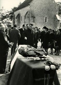 """Enterrement de Jean Cocteau. Cette photo peu connue, montre Jean Marais devant le cercueil de Cocteau, décédé le 11 octobre 1963, 7 heures après la mort d'Edith Piaf. On a même dit à l'époque que la mort de Piaf, l'avait """"terrassé"""", et précipité la sienne...    JOHN D'ORBIGNY"""