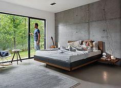 riletto Bett in Nussbaum mit Konsolen und treeO Beistelltisch