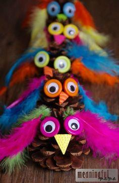 Zapfen Eulen Basteln Federn auch als Bastelei für einen Kindergeburtstag. Are you looking for a fun fall craft? This adorable pinecone craft is easy to make and kids will enjoy creating a variety of owl figures. Pinecone Owls, Pinecone Crafts Kids, Owl Crafts, Fall Crafts For Kids, Thanksgiving Crafts, Toddler Crafts, Crafts To Make, Holiday Crafts, Arts And Crafts