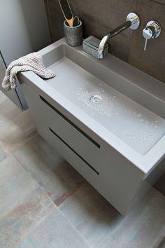 grijze >De Solid kast en onderkast zijn er in de kleuren Powder White, Graphite, Oak en Dark Oak, de Solid wastafel is er in de kleuren Powder White en Graphite. De badkamermeubels zijn binnenkort verkrijgbaar.</p> <p><img class=