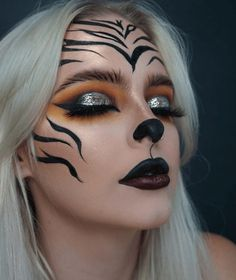 Are you looking for ideas for your Halloween make-up? Browse around this website for creepy Halloween makeup looks. Cute Halloween Makeup, Halloween Eyes, Halloween Makeup Looks, Easy Halloween, Halloween Recipe, Halloween Parties, Women Halloween, Halloween Nails, Halloween Costume Makeup