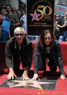 Alex Lifeson & Geddy Lee of Rush getting their star on the Hollywood Walk Of Fame 2010 Rush Music, My Music, Hollywood Boulevard, Hollywood Walk Of Fame, Great Bands, Cool Bands, Rush Concert, Rush Band, Geddy Lee
