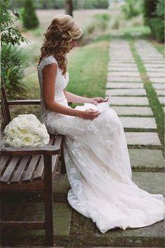 Prachtige kanten trouwjurk met mooie sleep en sleutelgat rug