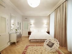 Located in Vienna's charming 7th district,...   flânerie féminine