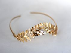 This stunning headband is made to bring out the goddess in you. Worn from the front the head, its decorated with two details Greek styled leaves on