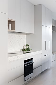 4 Tips For Kitchen Remodeling In Your Home Renovation Project – Home Dcorz Stone Kitchen, New Kitchen, Kitchen Decor, Kitchen Design, White Kitchen Cabinets, Kitchen Cabinetry, Kitchen Worktop, Kitchen Colour Schemes, Scandinavian Kitchen