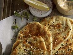 """Πίτα για σουβλάκι και όχι μόνο, από """"σπίτι""""! Το γιαούρτι μέσα στη ζύμη της δίνει μια ιδιαίτερη γεύση και την κάνει πιο μαλακή. Greek Salad, Pain, I Foods, Bread Recipes, French Toast, Recipies, Food Porn, Food And Drink, Cooking"""