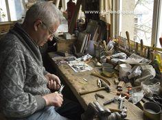 Fuego, hierro y madera... ingredientes que transforman los artesanos de Taramundi en hermosas navajas y cuchillos.