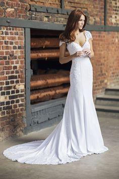 Vestido de noiva de crepe com aplicações de renda e cauda longa ( Vestido: Nova Noiva | Beleza: Agência First | Foto: Larissa Felsen )