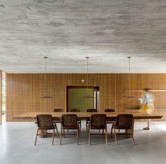 Marcio Kogan Casa Z  (Foto: Fernando Guerra/ divulgação ) Dining Room Design, Dining Area, Dinning Table, Modern Tropical House, Arch House, Forest Design, Space Architecture, Apartment Interior, Interiores Design