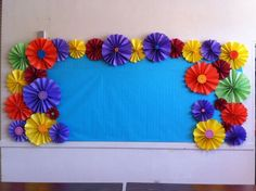 Use paper flowers to create a colorful bulletin board border. Colorful Bulletin Boards, Bulletin Board Borders, Spring Bulletin Boards, Preschool Bulletin Boards, Bulletin Board Display, Classroom Bulletin Boards, Welcome Bulletin Boards, School Displays, Classroom Displays
