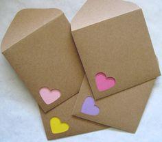 pliage-papier-petit-coeur-feuilles-en-couleurs-diy-activité-enveloppe-rectangulaire-papier-recyclé-diy-projet